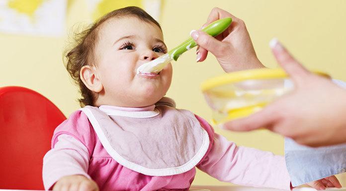 Rozszerzamy dietę dziecka - rekomendowany moment, akcesoria i sposób przygotowywania posiłków