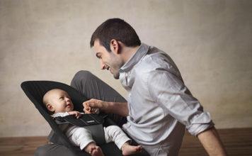 Leżaczek - połączenie czynności opieki nad dzieckiem z innymi zajęciami